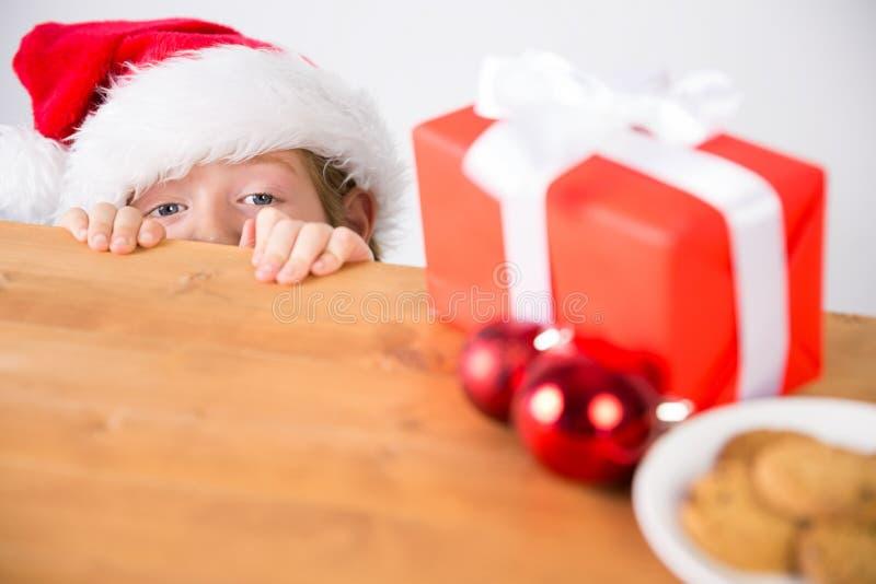 Παιδί που εξετάζει το χριστουγεννιάτικο δώρο στοκ φωτογραφίες με δικαίωμα ελεύθερης χρήσης
