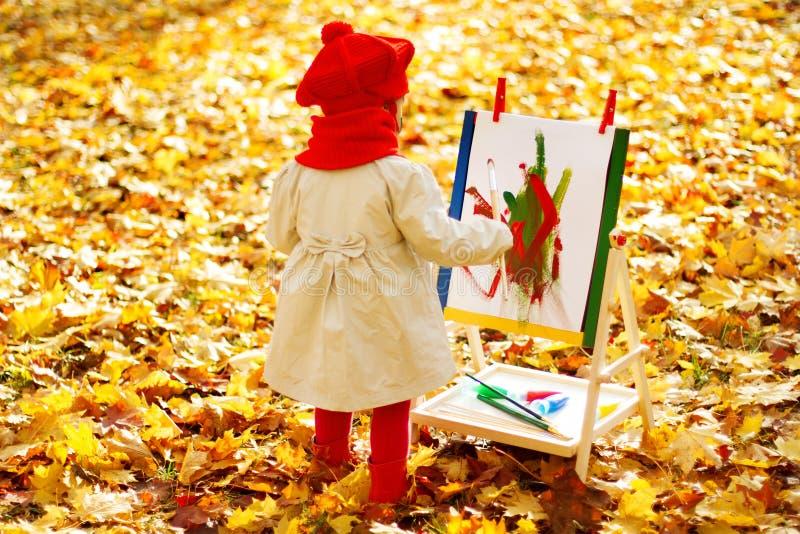 Παιδί που επισύρει την προσοχή easel στο πάρκο φθινοπώρου στοκ φωτογραφία με δικαίωμα ελεύθερης χρήσης