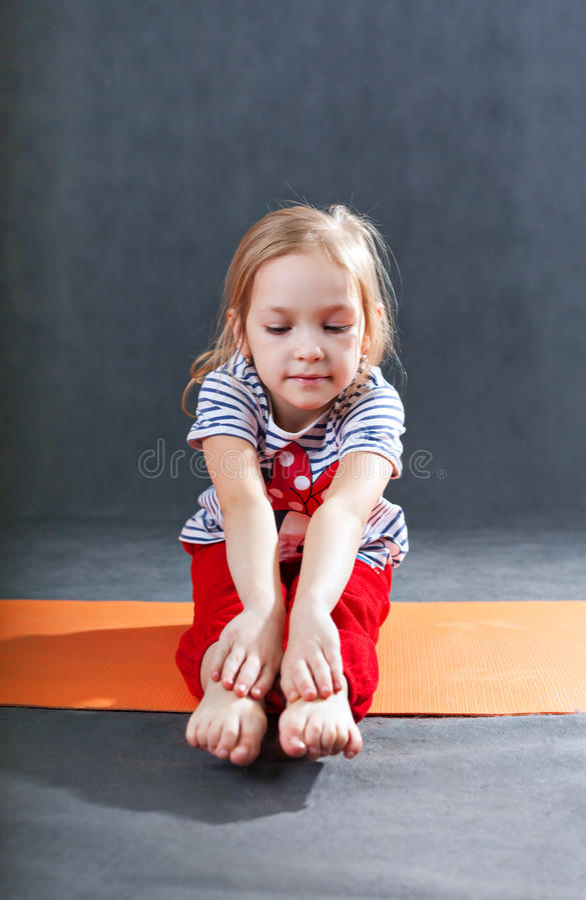 Παιδί που κάνει τις ασκήσεις γιόγκας ικανότητας στοκ εικόνες