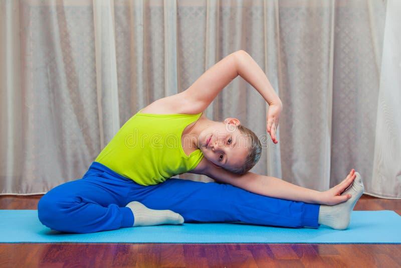 Παιδί που κάνει τις ασκήσεις ικανότητας στοκ φωτογραφία με δικαίωμα ελεύθερης χρήσης