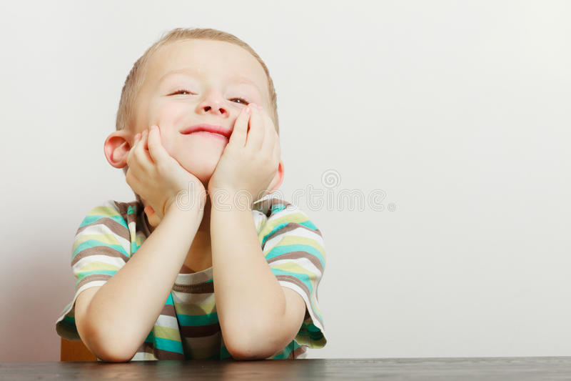 Παιδί που κάνουν τα αστεία πρόσωπα τρυμένος στοκ φωτογραφίες με δικαίωμα ελεύθερης χρήσης