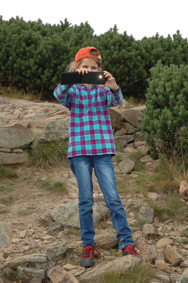 Παιδί που παίρνει την εικόνα με το smartphone της στοκ φωτογραφία με δικαίωμα ελεύθερης χρήσης