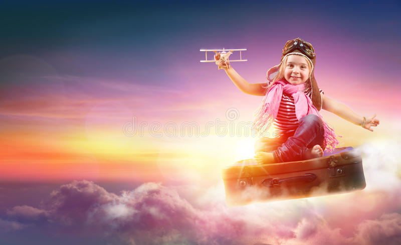 Παιδί που πετά με τη φαντασία στη βαλίτσα στοκ φωτογραφίες