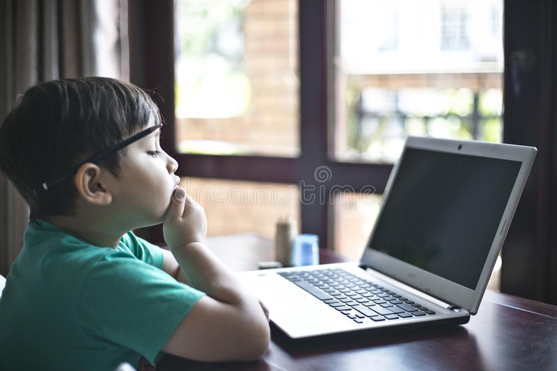 Παιδί που σκέφτεται 3 στοκ εικόνα