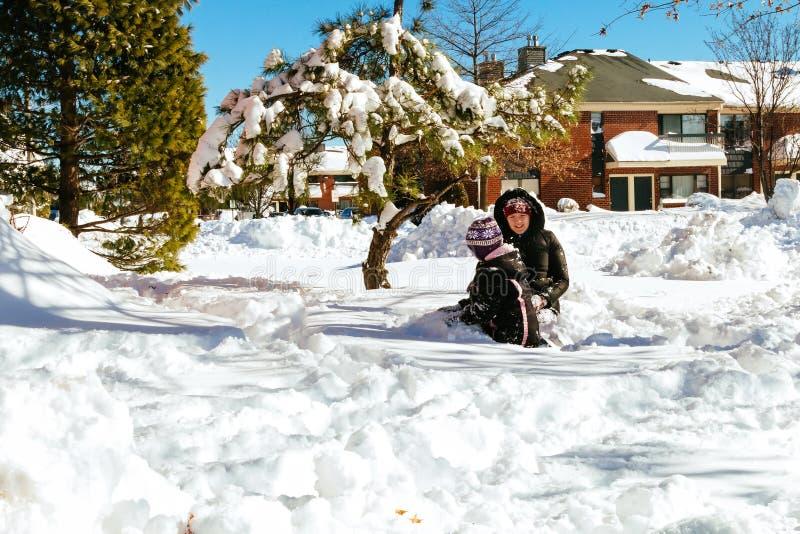 Παιδί που τρέχει στο χιονώδες δασικό μικρών παιδιών παιχνίδι παιδιών παιδιών παίζοντας στο χιόνι στοκ εικόνα με δικαίωμα ελεύθερης χρήσης