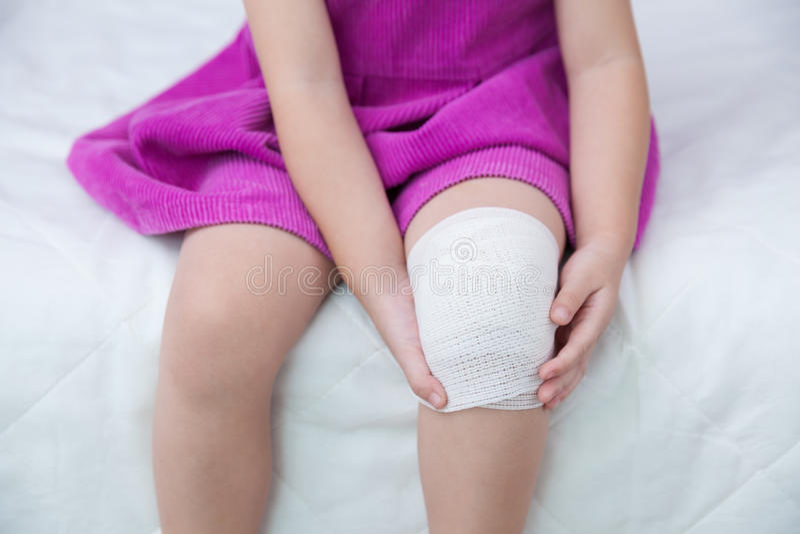 Παιδί που τραυματίζεται Πληγή στο γόνατο του παιδιού με τον επίδεσμο στοκ φωτογραφίες με δικαίωμα ελεύθερης χρήσης
