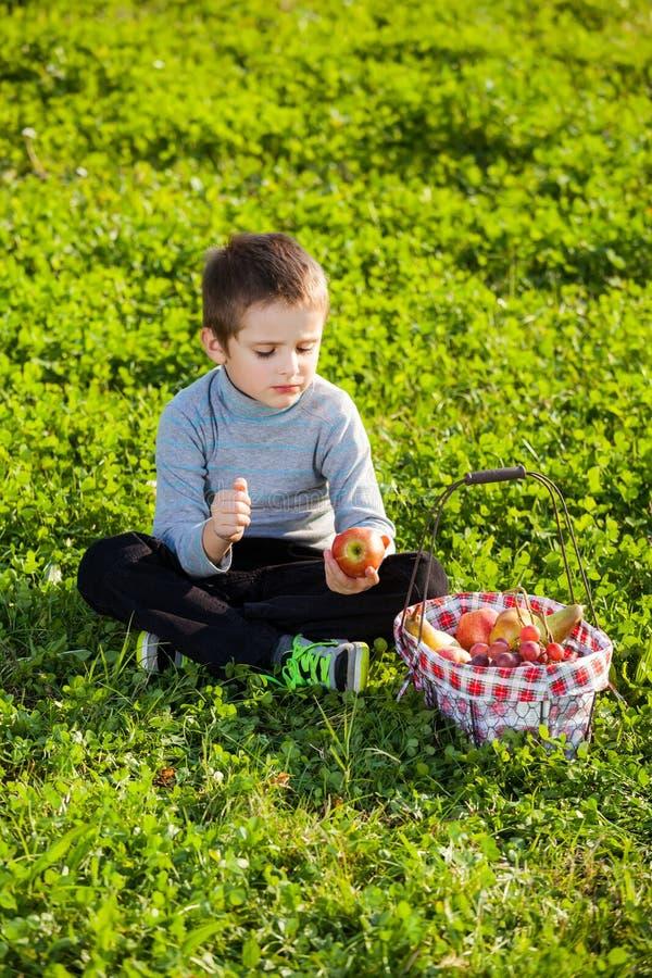 Παιδί που τρώει τα φρούτα στοκ εικόνα