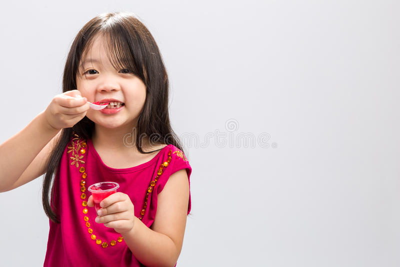 Download Παιδί που τρώει το επιδόρπιο ζελατίνης/παιδί που τρώει το επιδόρπιο Backgrou ζελατίνης Στοκ Εικόνα - εικόνα από στούντιο, childhood: 62718003