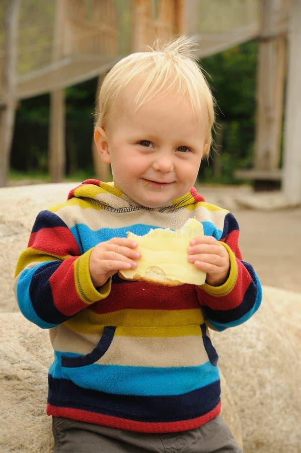Παιδί που τρώει το ψωμί στοκ εικόνες
