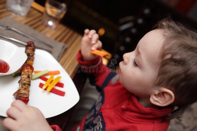 Παιδί που τρώει kebab στοκ φωτογραφίες