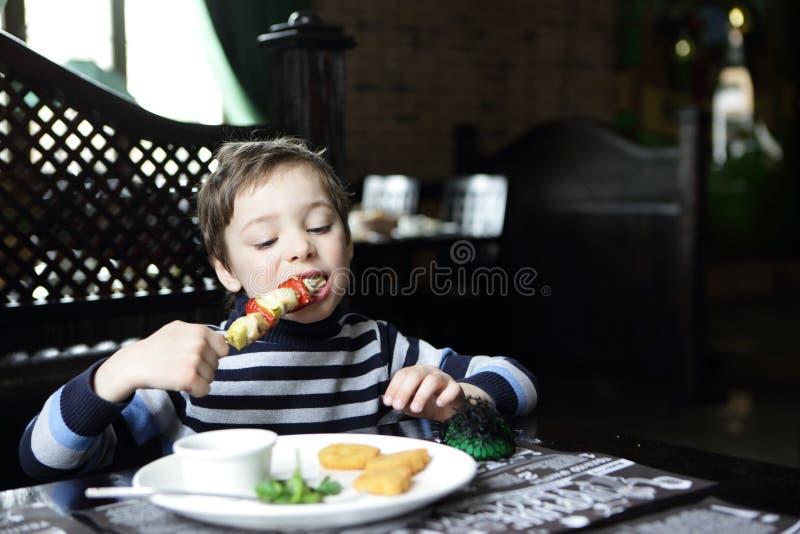 Παιδί που τρώει kebab στοκ φωτογραφία