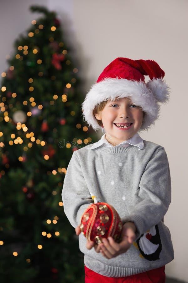 Παιδί που φορά ένα καπέλο santa στοκ φωτογραφίες