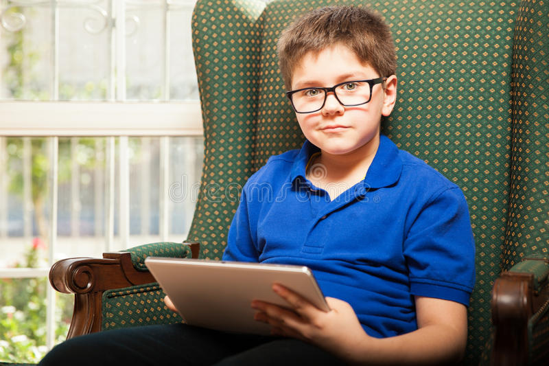 Παιδί που χρησιμοποιεί έναν υπολογιστή ταμπλετών στοκ φωτογραφία με δικαίωμα ελεύθερης χρήσης