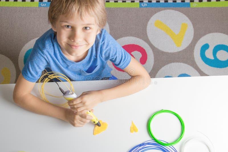 Παιδί που χρησιμοποιεί την τρισδιάστατη μάνδρα εκτύπωσης Δημιουργικός, τεχνολογία, ελεύθερος χρόνος, έννοια εκπαίδευσης στοκ εικόνες με δικαίωμα ελεύθερης χρήσης