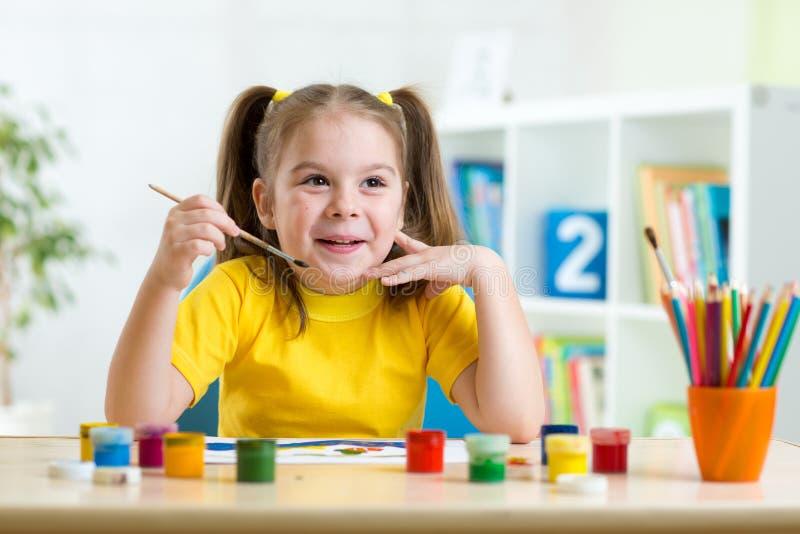 Παιδί που χρωματίζει στο σπίτι στοκ φωτογραφία με δικαίωμα ελεύθερης χρήσης