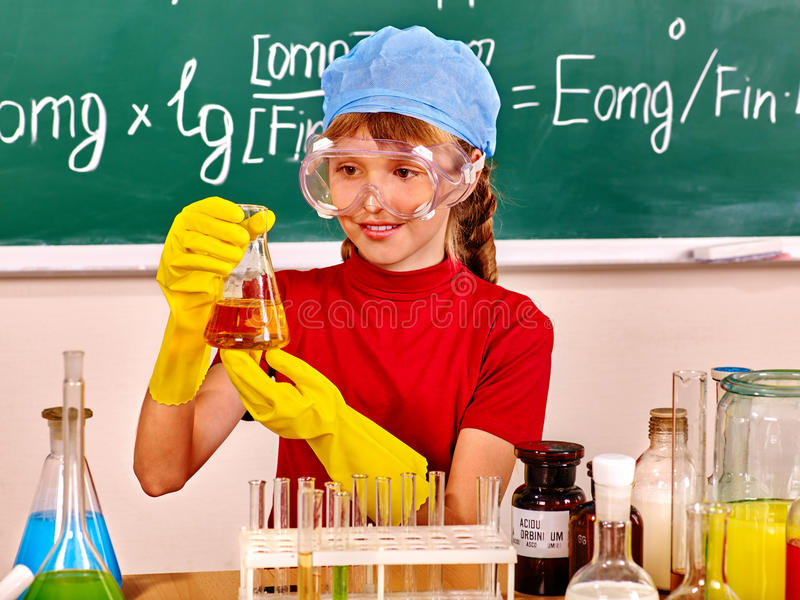 Παιδί στην κατηγορία χημείας στοκ εικόνες με δικαίωμα ελεύθερης χρήσης
