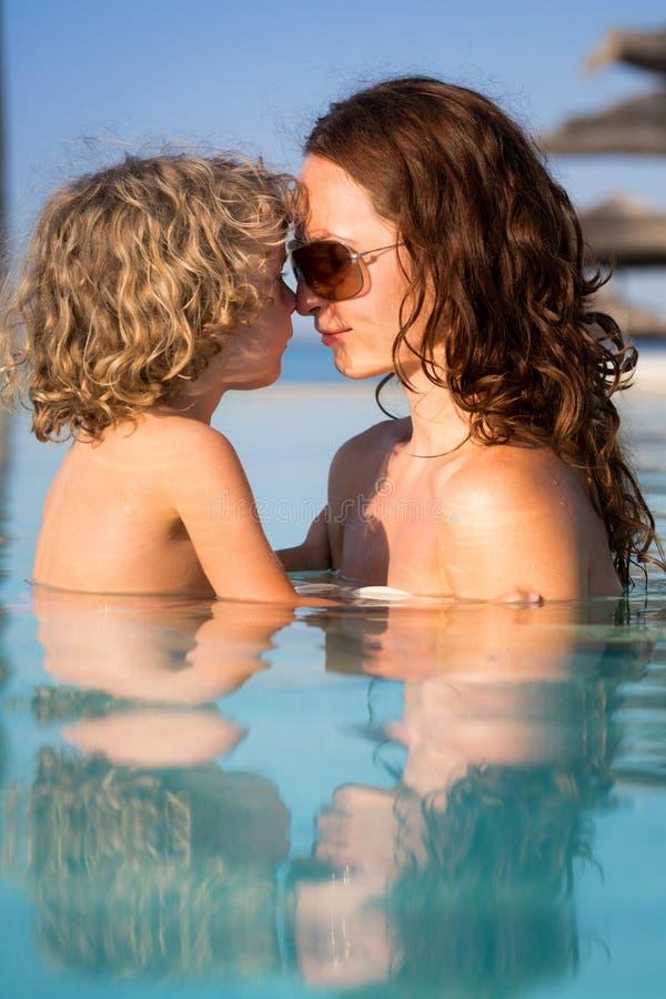 Παιδί στην πισίνα στοκ φωτογραφία με δικαίωμα ελεύθερης χρήσης