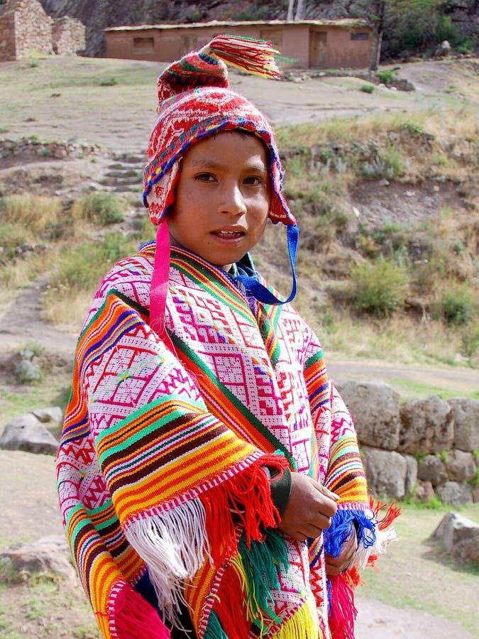 Παιδί στον παραδοσιακό ιματισμό στοκ εικόνα