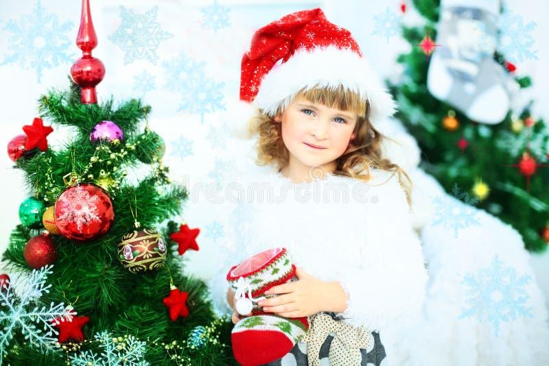 Παιδί στο καπέλο Santa με το κιβώτιο δώρων στοκ εικόνα με δικαίωμα ελεύθερης χρήσης