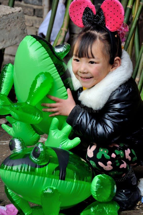 Παιδί στο φεστιβάλ φρύνων στοκ εικόνες