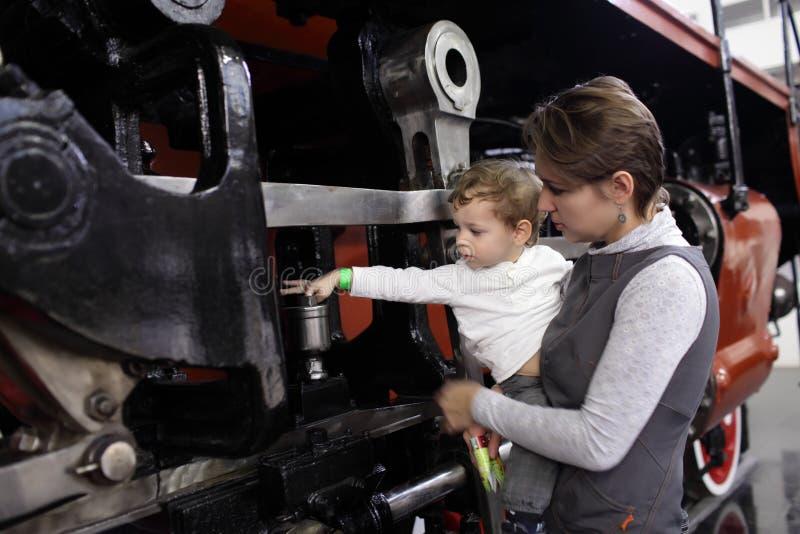 Παιδί σχετικά με την ατμομηχανή στοκ εικόνα