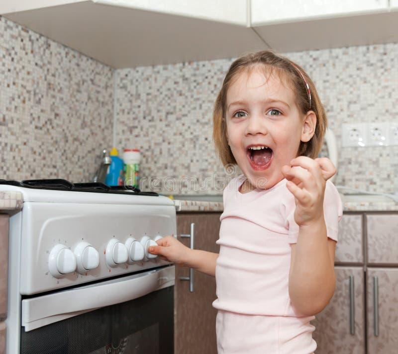 Παιδί χωρίς παιχνίδι επίβλεψης με τη σόμπα στοκ φωτογραφία