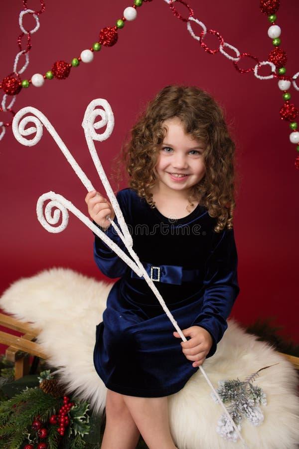 Παιδί Chirstmas με τις διακοσμήσεις και τις διακοσμήσεις, κόκκινες διακοπές Wint στοκ εικόνες