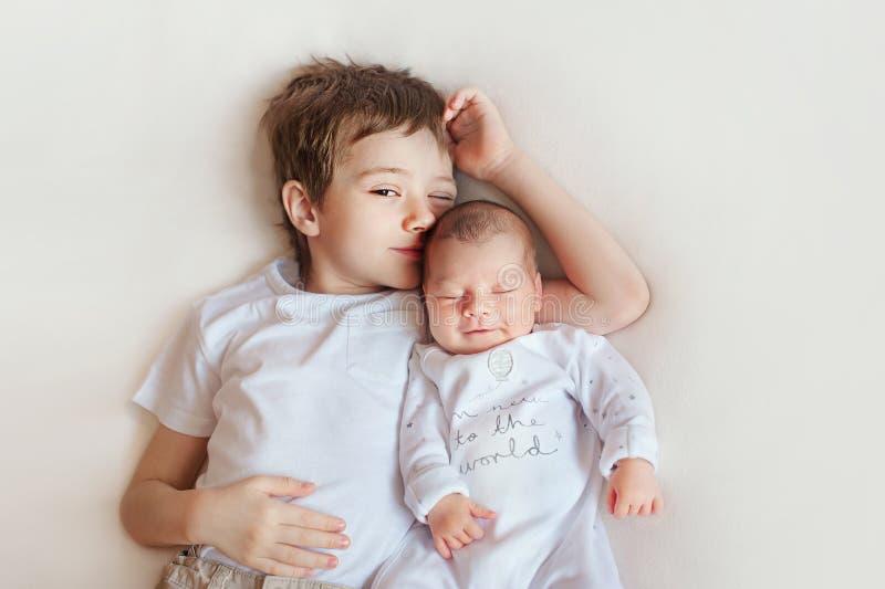 Παιδιά αδελφών και αδελφών, κοισμένος μωρό, παιδί αγοριών και νεογέννητο κορίτσι στο λευκό στοκ εικόνα