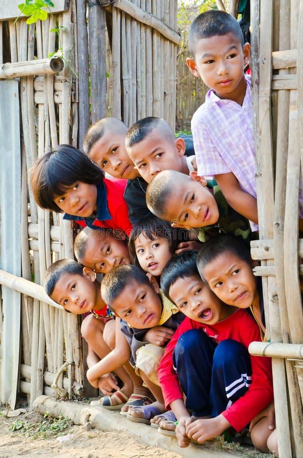 Παιδιά 5-12 ενός τα μη αναγνωρισμένα Mon χρονών συλλέγουν για το photogra στοκ εικόνες με δικαίωμα ελεύθερης χρήσης