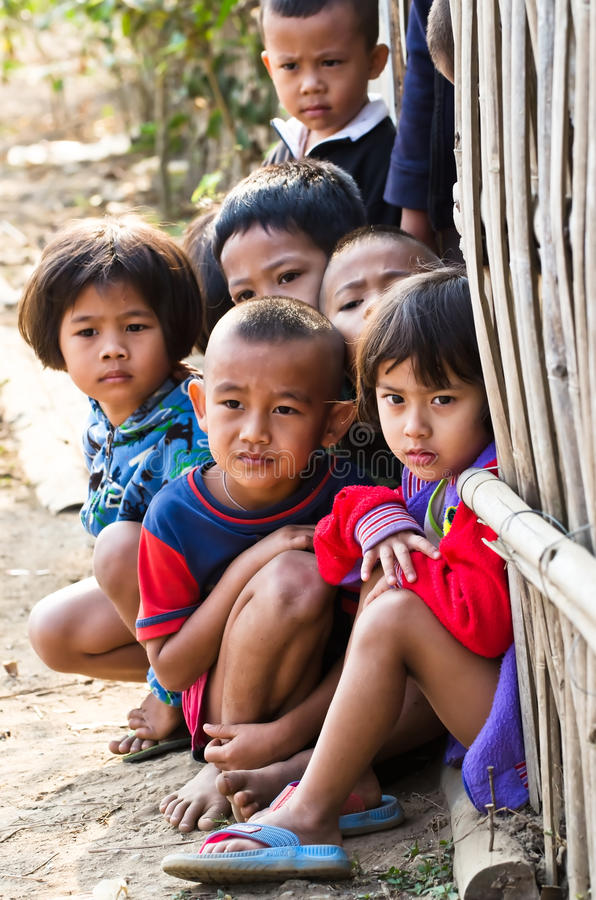 Παιδιά 5-8 ενός τα μη αναγνωρισμένα Mon χρονών συλλέγουν για το photograp στοκ εικόνες με δικαίωμα ελεύθερης χρήσης