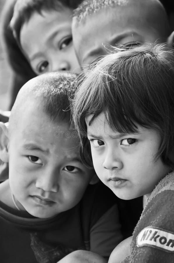 Παιδιά 5-8 ενός τα μη αναγνωρισμένα Mon χρονών συλλέγουν για το photograp στοκ φωτογραφία με δικαίωμα ελεύθερης χρήσης