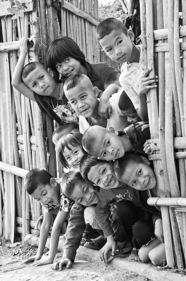Παιδιά 5-12 ενός τα μη αναγνωρισμένα Mon χρονών συλλέγουν για το photograp στοκ εικόνα