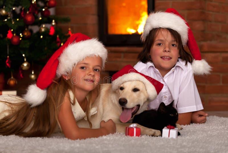 Παιδιά και τα κατοικίδια ζώα τους στο χρόνο Χριστουγέννων στοκ εικόνες