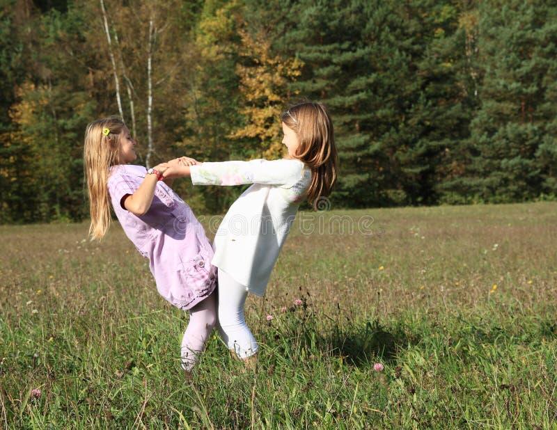 Παιδιά - κορίτσια που χορεύουν στο λιβάδι στοκ φωτογραφία με δικαίωμα ελεύθερης χρήσης