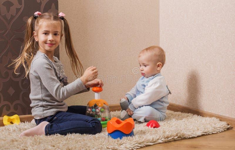 Παιδιά με τα παιχνίδια στοκ φωτογραφία