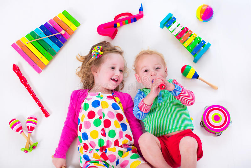 Παιδιά με τα όργανα μουσικής στοκ εικόνα