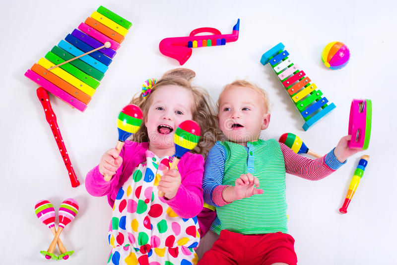 Παιδιά με τα όργανα μουσικής στοκ εικόνα με δικαίωμα ελεύθερης χρήσης