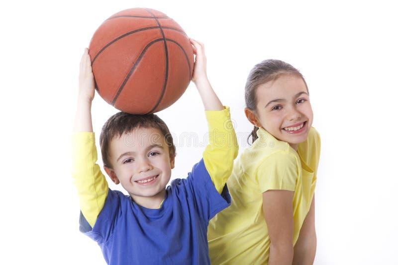 Παιδιά με την καλαθοσφαίριση στοκ εικόνα με δικαίωμα ελεύθερης χρήσης