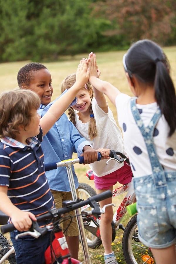 Παιδιά με την υψηλή χειρονομία πέντε στοκ φωτογραφίες με δικαίωμα ελεύθερης χρήσης