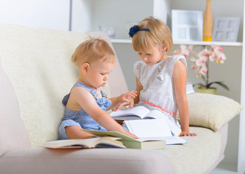 Παιδιά με το μέρος των βιβλίων στοκ φωτογραφία με δικαίωμα ελεύθερης χρήσης