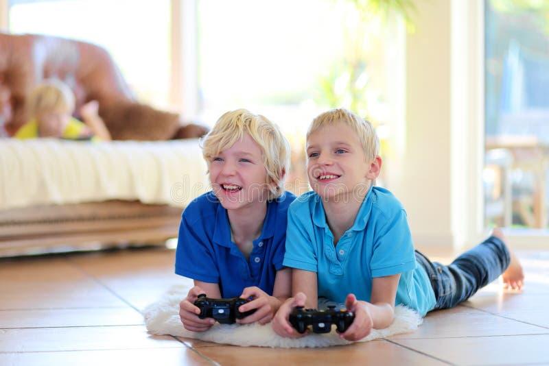 Παιδιά που έχουν τη διασκέδαση στο σπίτι στοκ εικόνες