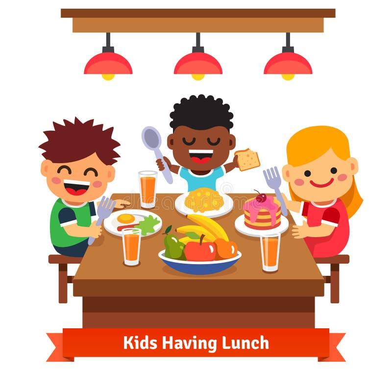 Παιδιά που έχουν το γεύμα στον παιδικό σταθμό του σπιτιού απεικόνιση αποθεμάτων