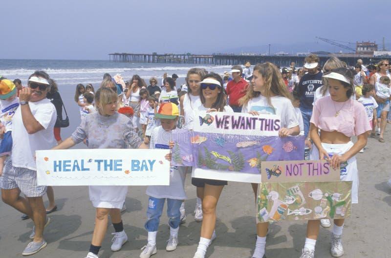 Παιδιά που βαδίζουν στην περιβαλλοντική συνάθροιση, Λος Άντζελες, Καλιφόρνια στοκ εικόνες