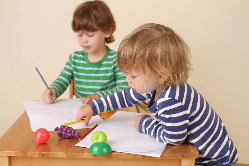 Παιδιά που γράφουν, σχολική εκπαίδευση στοκ φωτογραφία με δικαίωμα ελεύθερης χρήσης