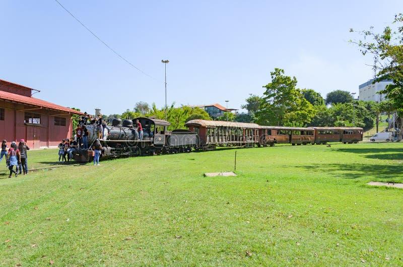 Παιδιά που επισκέπτονται το υπαίθριο μουσείο Estrada de Ferro Madeira-M στοκ φωτογραφία