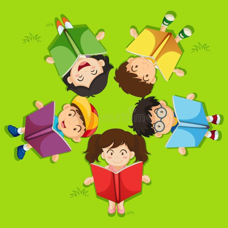 Παιδιά που διαβάζουν το βιβλίο στην πράσινη χλόη απεικόνιση αποθεμάτων
