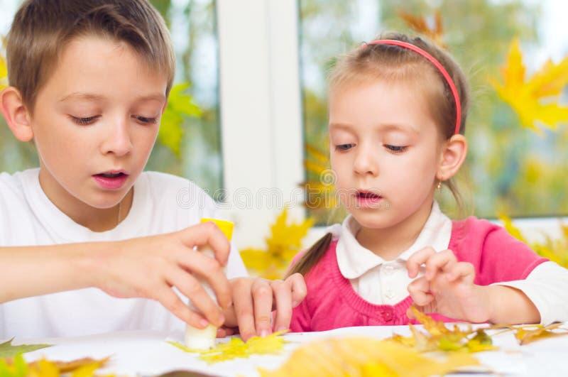 Παιδιά που κάνουν τις τέχνες και τις τέχνες στοκ εικόνες