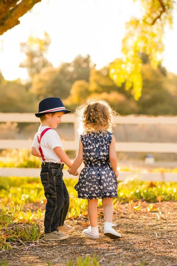 Παιδιά που κρατούν τα χέρια στοκ εικόνες