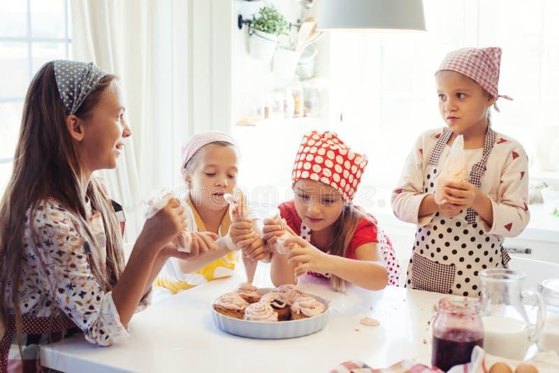Παιδιά που μαγειρεύουν στην κουζίνα στοκ φωτογραφίες