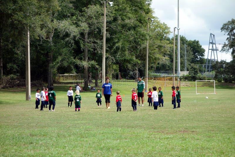 Παιδιά που μαθαίνουν πώς να παίξει το ποδόσφαιρο στοκ φωτογραφίες